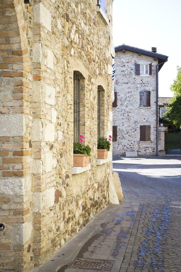 Улица в старом итальянском селе стоковые фотографии rf