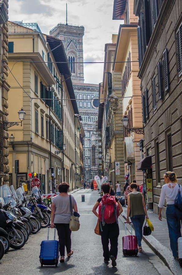 Улица в Флоренсе с туристами стоковая фотография