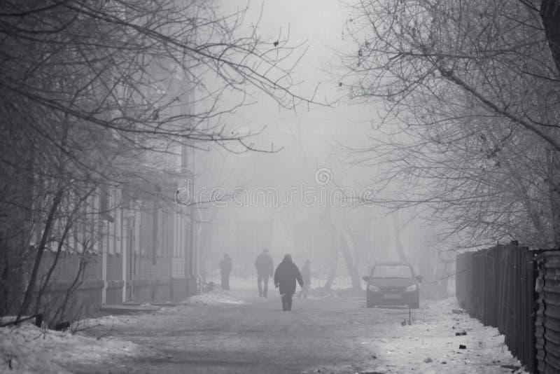 Улица города зимы в тумане стоковые фотографии rf