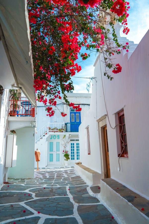 Улица городка Mykonos старая с мощенными булыжником дорожками стоковые фотографии rf