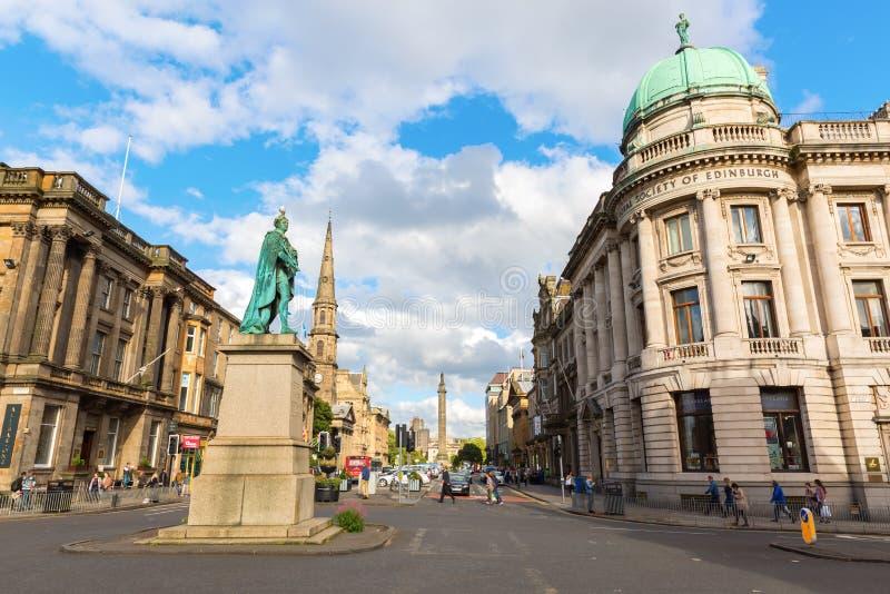 Улица Джордж с статуей Вильяма Pitt в Эдинбурге, Великобритании стоковая фотография rf