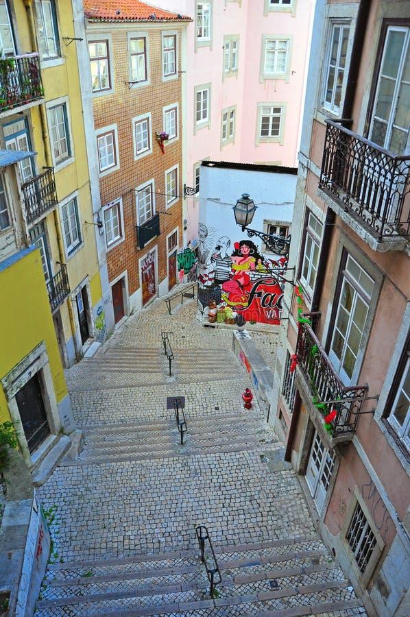 Улица Лиссабона с стеной граффити стоковые фото