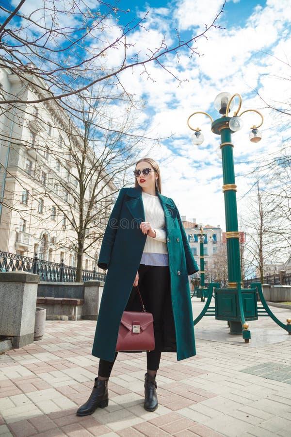 Улица молодой стильной красивой женщины идя стоковые фотографии rf
