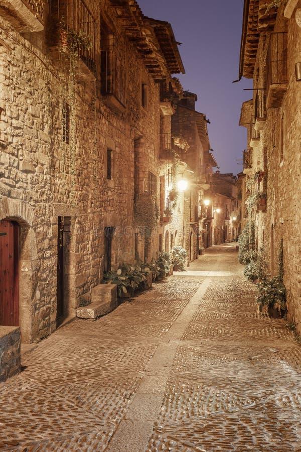 Улица ночи средневековой деревни Ainsa расположила в Sp стоковая фотография rf