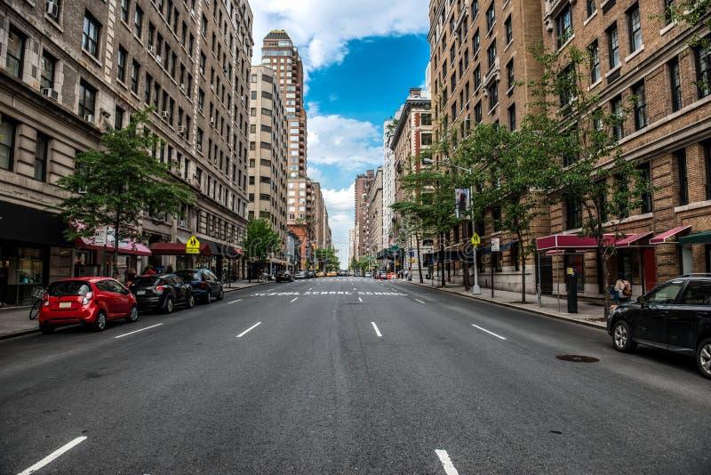Улица Нью-Йорка Манхаттана пустая в центре города на солнечном дне стоковое фото rf