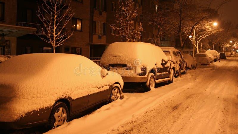 Download Улица покрытая с снегом на ноче Стоковое Изображение - изображение насчитывающей дух, путь: 41653695