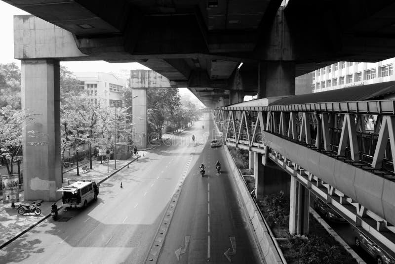Улица под скоростной дорогой стоковое изображение rf
