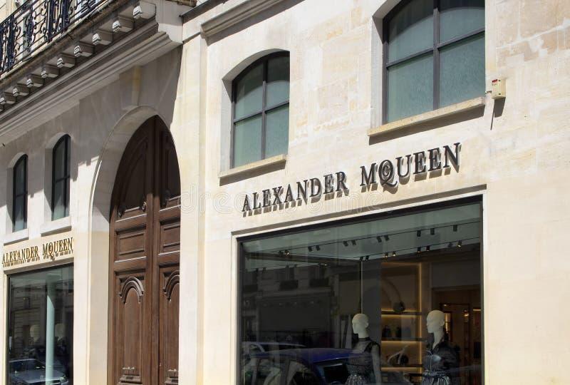 Улица роскошных магазинов в Париже стоковые фото
