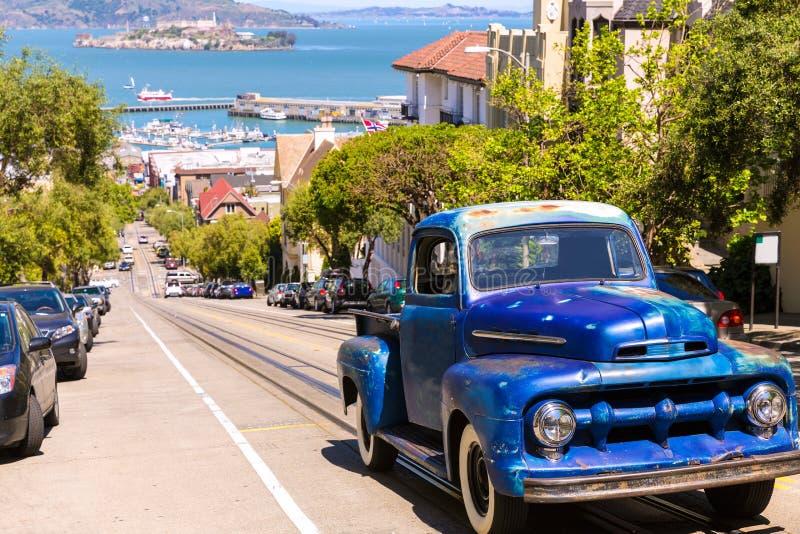 Улица Сан-Франциско Hyde и автомобиль года сбора винограда с Alcatraz стоковая фотография rf