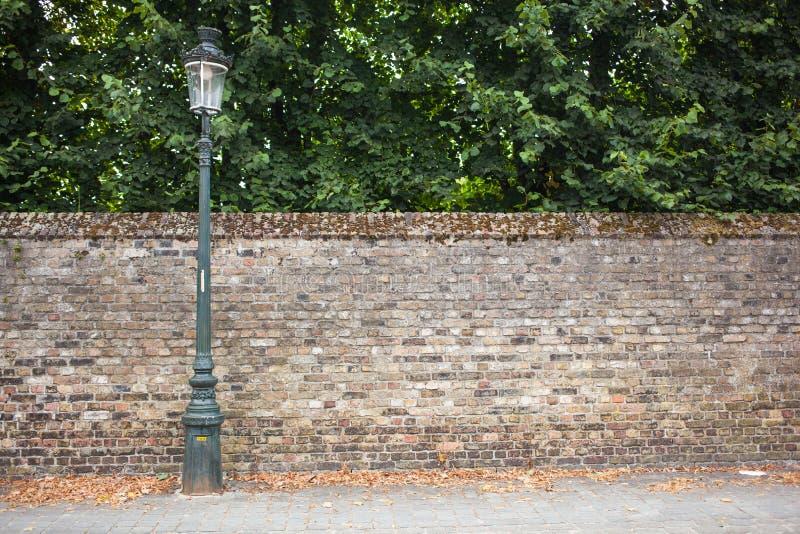 Улица столба лампы на предпосылке кирпичной стены стоковая фотография