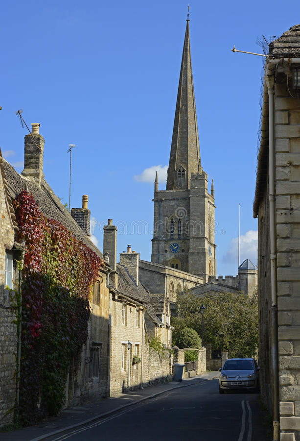 Улица с церковью на Burford, Оксфордшире, Англии стоковое изображение rf