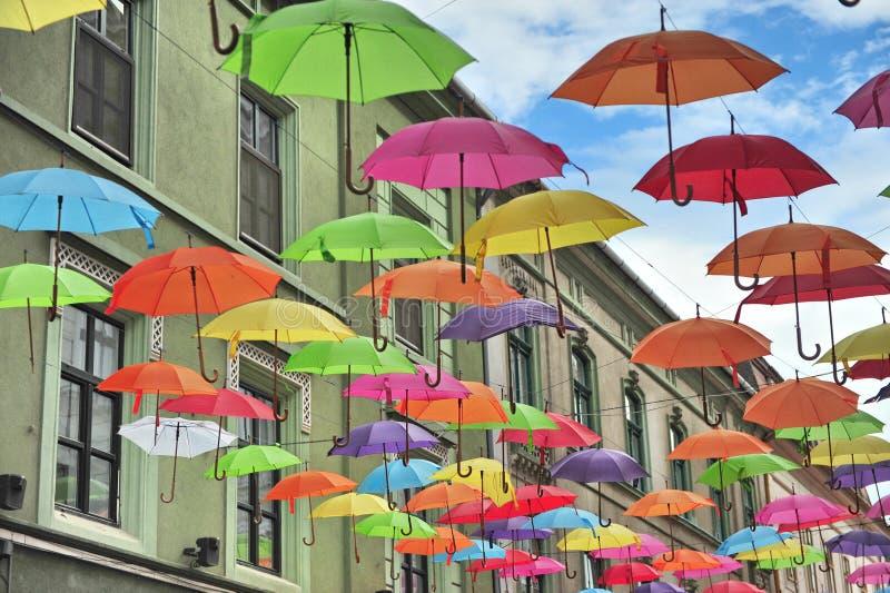 Улица украшенная с зонтиками стоковое изображение