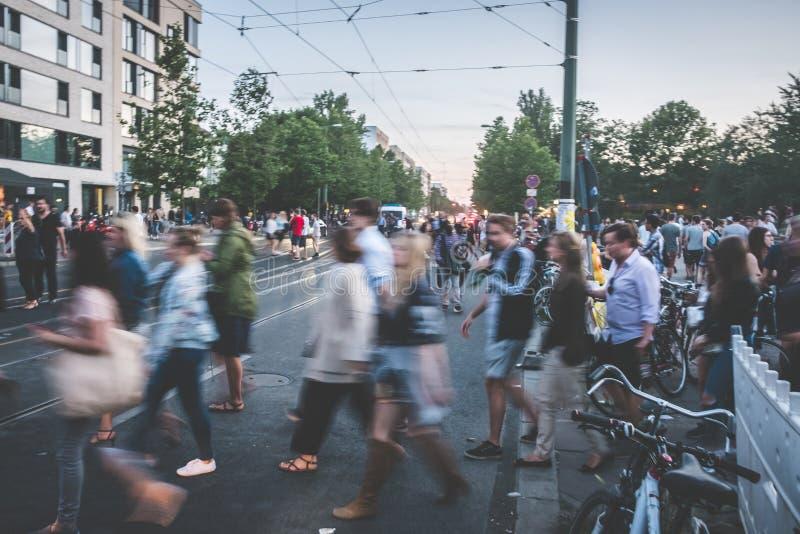 Улица людей пересекая, нерезкость/городской транспорт стоковые изображения rf