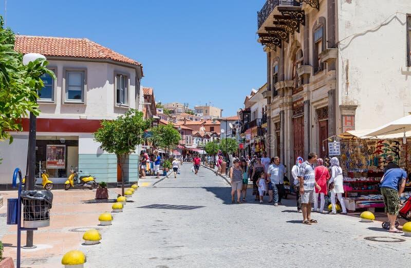 Улица Inkilap пешеходная в Cesme, Турции стоковое фото