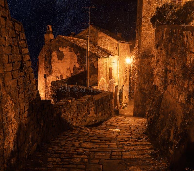 Улица Sorano на ноче стоковая фотография