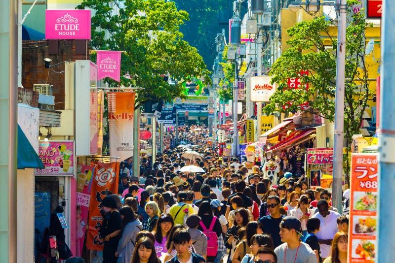 Улица Takeshita толпится магазины много людей стоковое фото rf