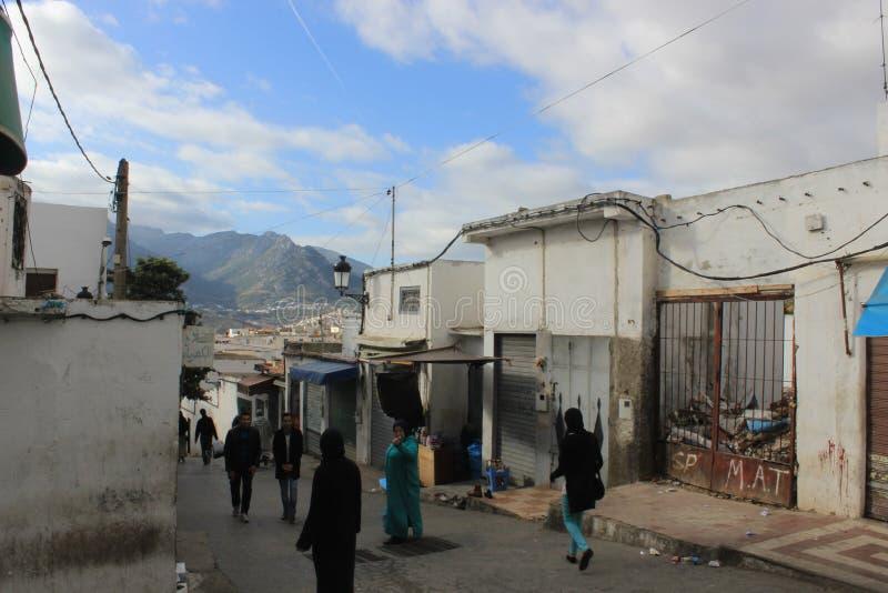 Улица Tetouan, город в Марокко/Северной Африке, строя заходом солнца стоковая фотография