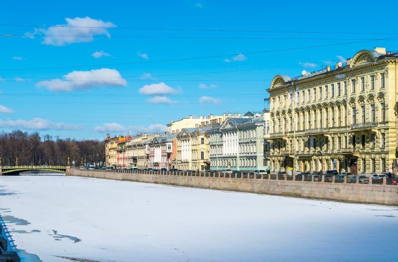 Улицы замерли Санкт-Петербургом, который стоковые фотографии rf
