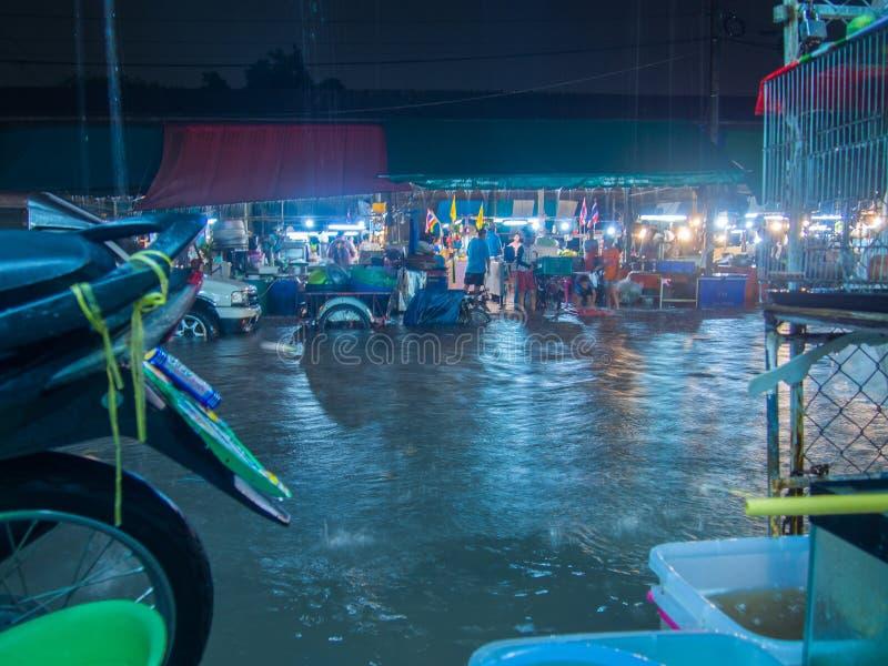 Улицы и рынки затопленные дождем стоковые изображения