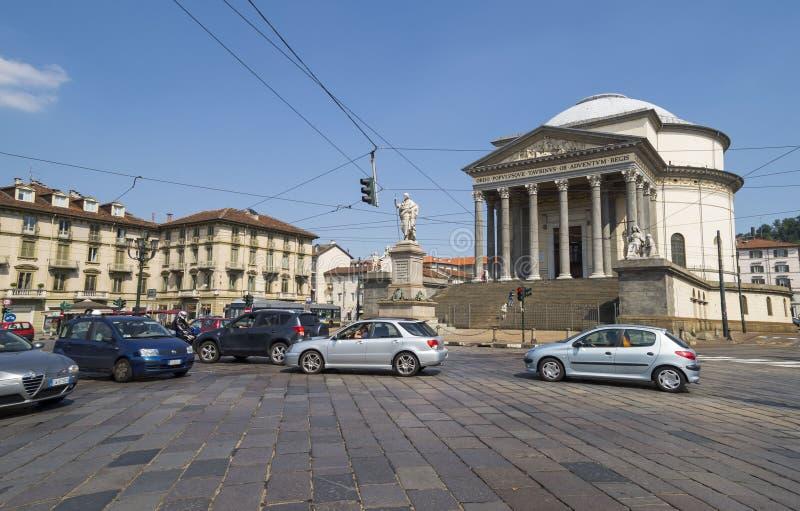 Уличное движение в Турине, Италии Gran Madre di Dio Церковь в Турине стоковое изображение