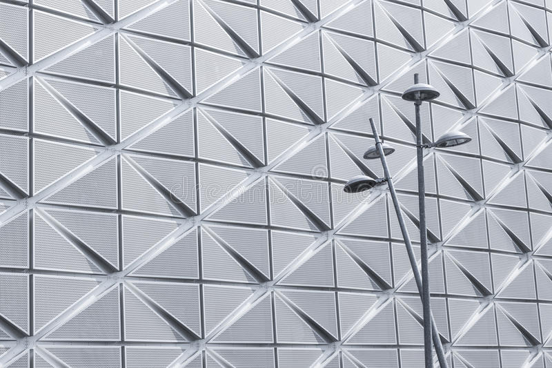 Уличные светы на современной архитектурноакустической предпосылке стоковое изображение rf
