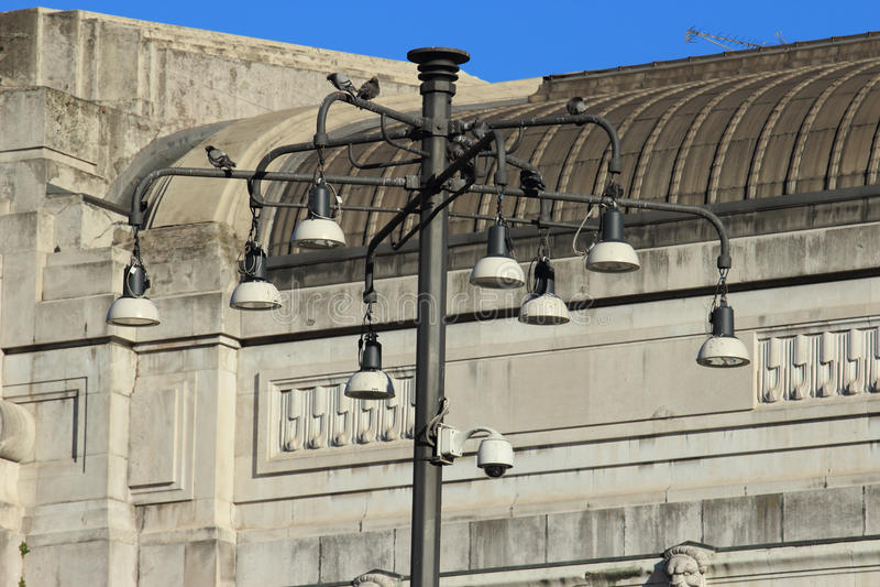 Уличные светы центрального железнодорожного вокзала, милана стоковые изображения rf