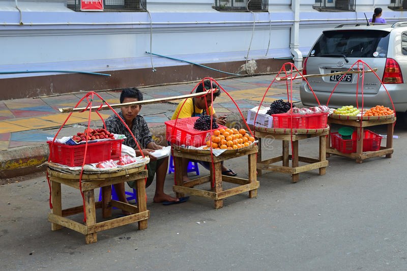 Уличные торговцы обочины продавая свежие фрукты как клубника в Янгоне Мьянме стоковое изображение