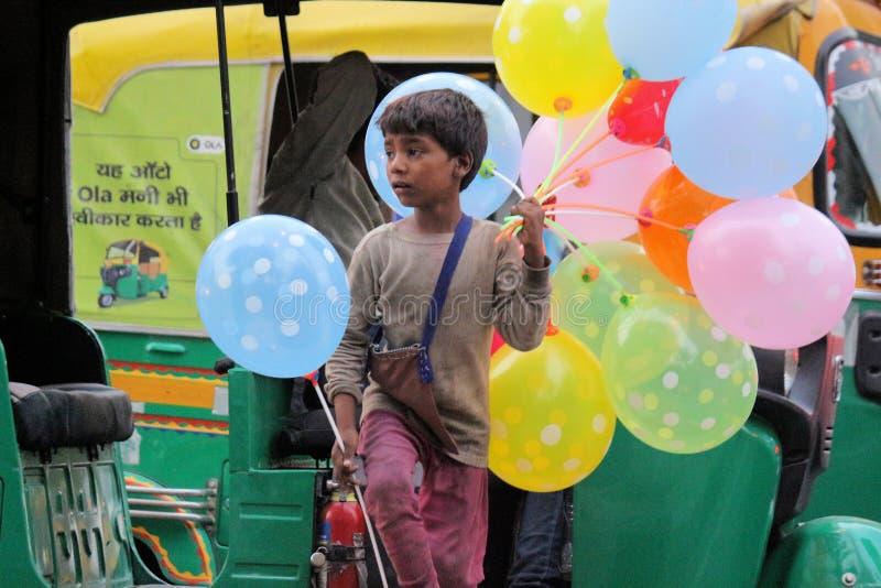 Уличные торговцы продавая воздушные шары стоковые фотографии rf