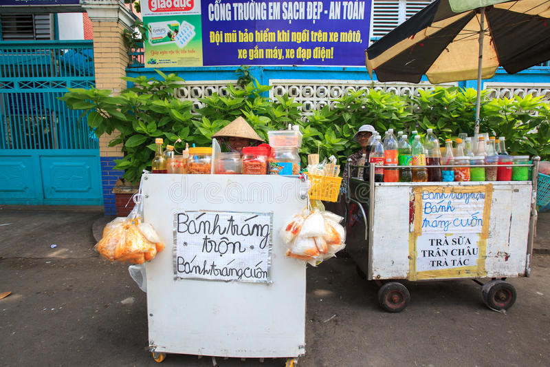 Уличные торговцы продавая торт смешивания пояса еды Уличные торговцы очень общие в улице стоковые изображения