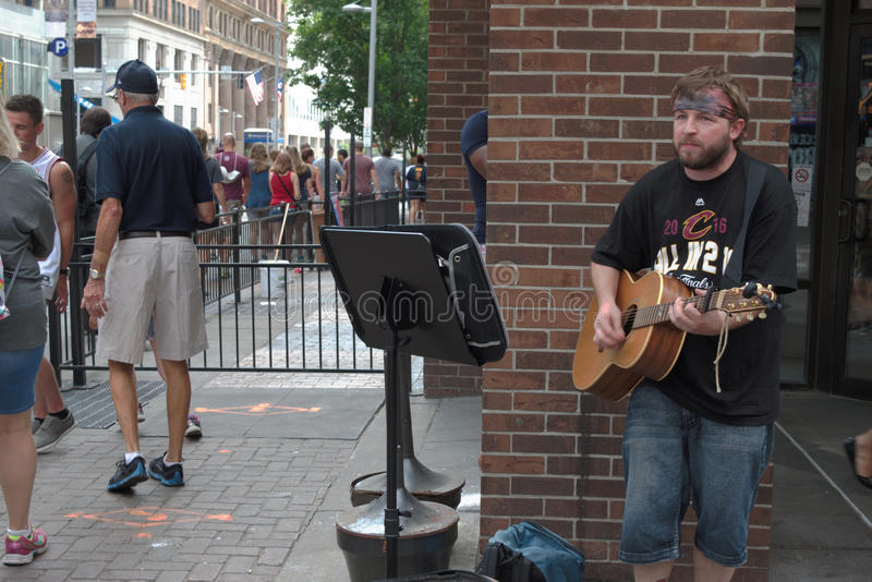 Уличный исполнитель играя гитару стоковые изображения