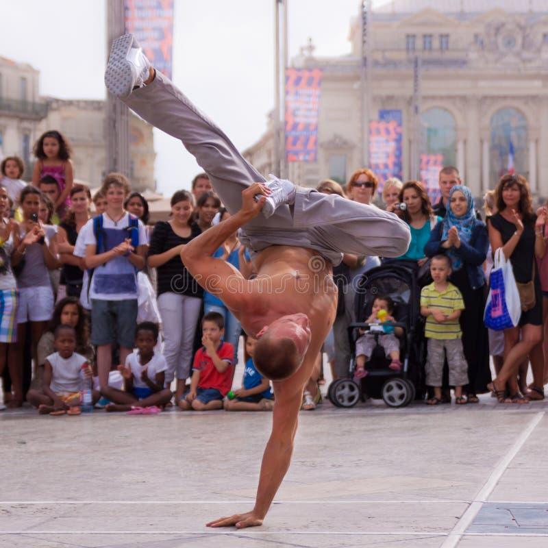 Уличный исполнитель breakdancing на улице стоковые изображения