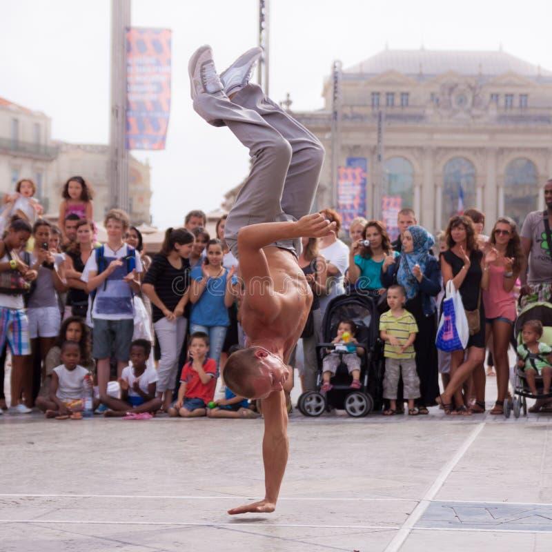 Уличный исполнитель breakdancing на улице стоковые фото