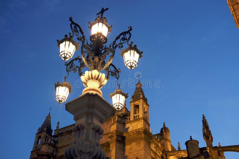 Уличный свет под собором стоковые фото