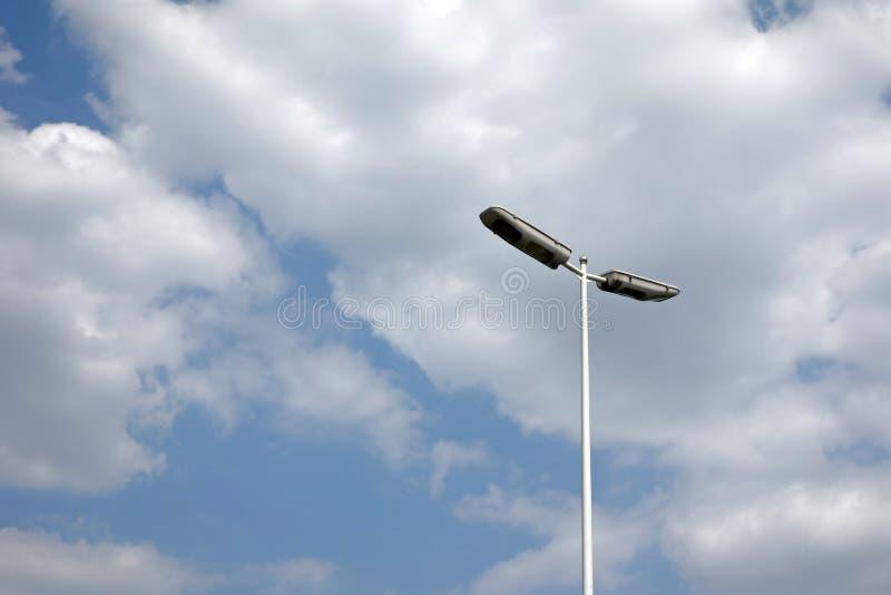 Уличный свет с облаками стоковые фотографии rf