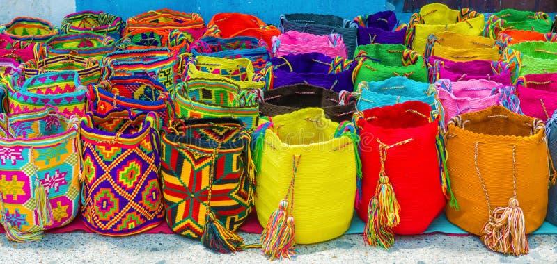 Уличный торговец продавая ремесло кладет в мешки в Cartagena, Колумбии стоковые изображения rf