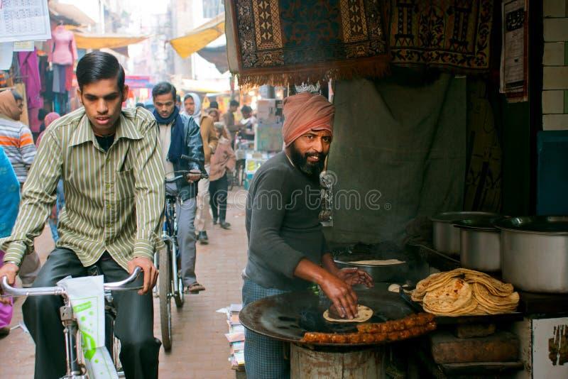 Download Уличный торговец традиционных хлеба и велосипедиста торта Редакционное Фото - изображение насчитывающей город, обедать: 40575686