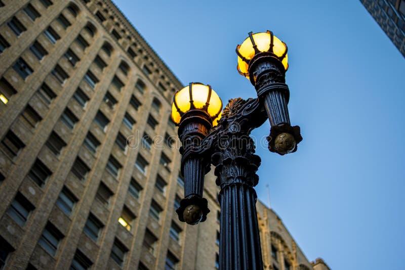 Уличный фонарь в Сан-Франциско перед зданием стоковая фотография