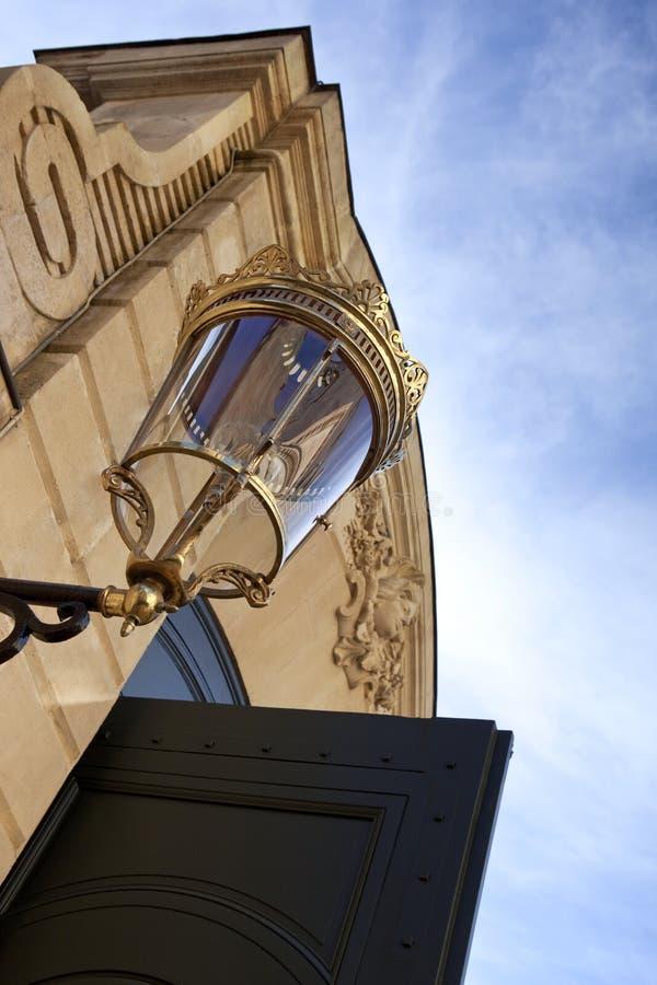 Уличный фонарь и открыть дверь стоковые изображения