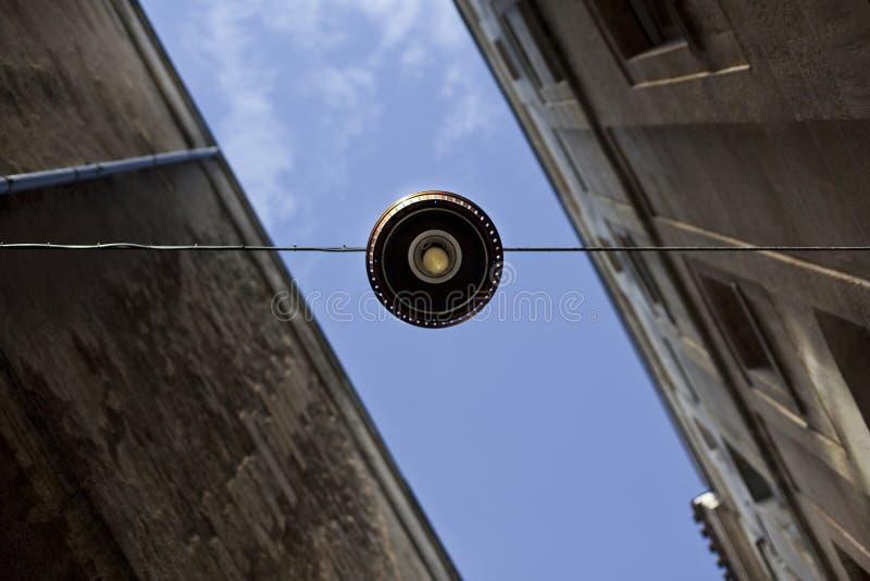 Уличный фонарь и фасады стоковая фотография