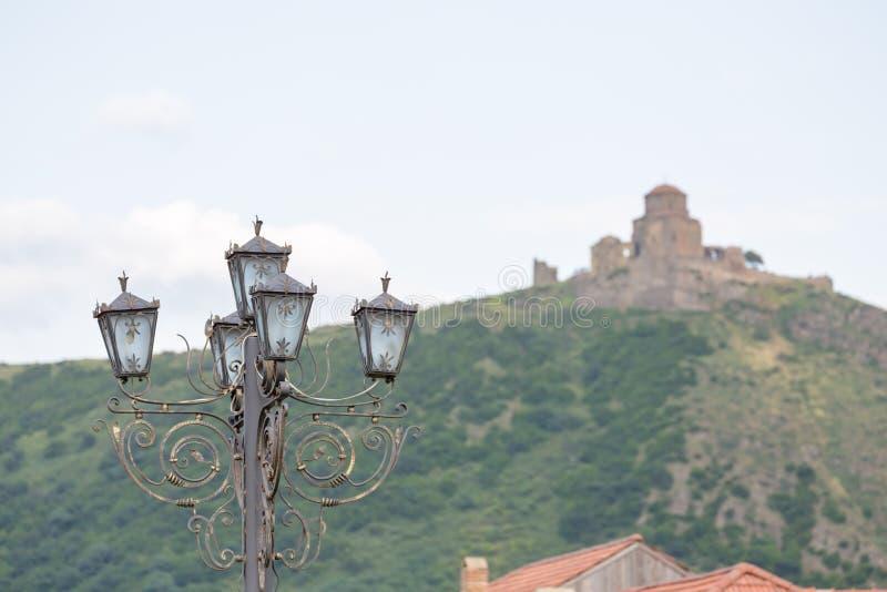 Уличный фонарь с монастырем Jvari на предпосылке стоковое изображение rf