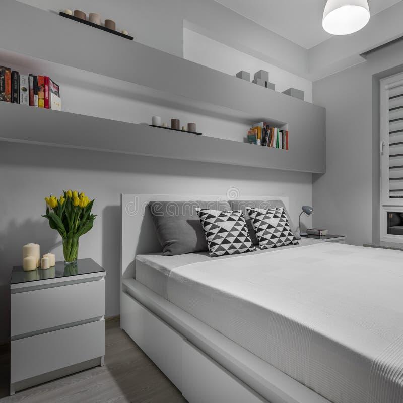 Удобная и красивая спальня стоковое изображение rf