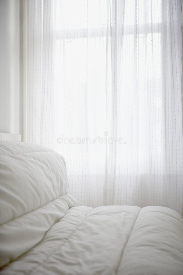 Удобная крышка тюфяка на комнате кровати стоковые фотографии rf