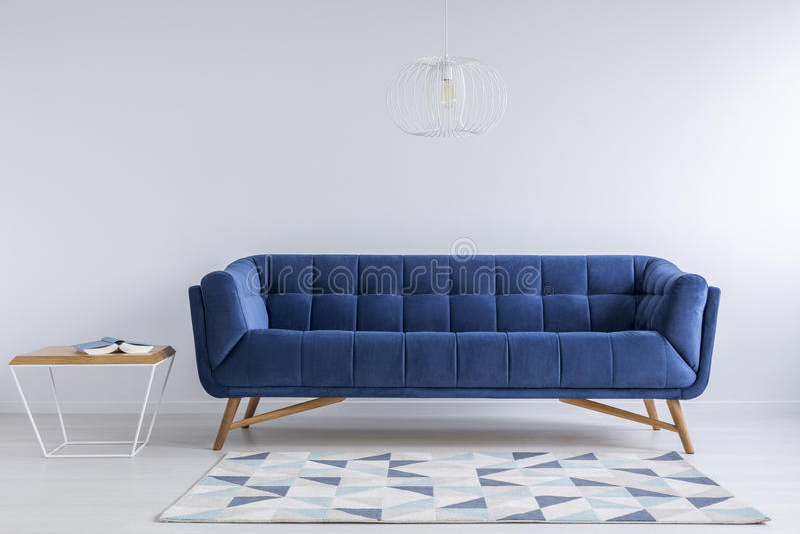 Удобное голубое кресло стоковые изображения rf