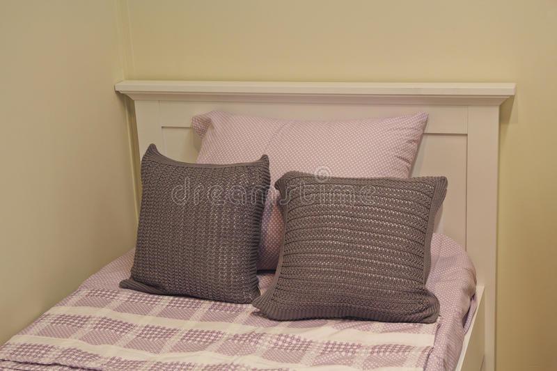 Удобные бежевые валики на кровати стоковое фото rf
