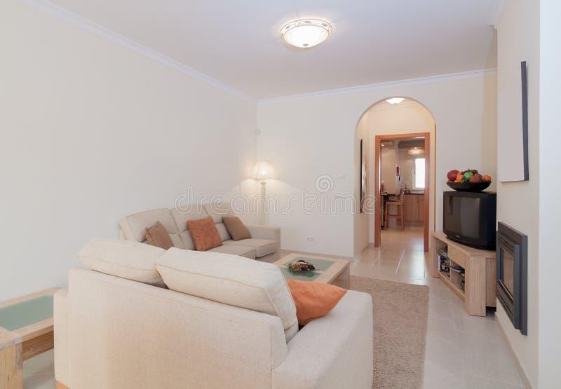 Удобный интерьер комнаты салона с теплыми цветами стоковое фото