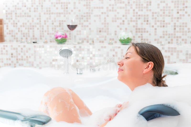 удовольствие релаксации в ванне с пеной стоковые изображения rf
