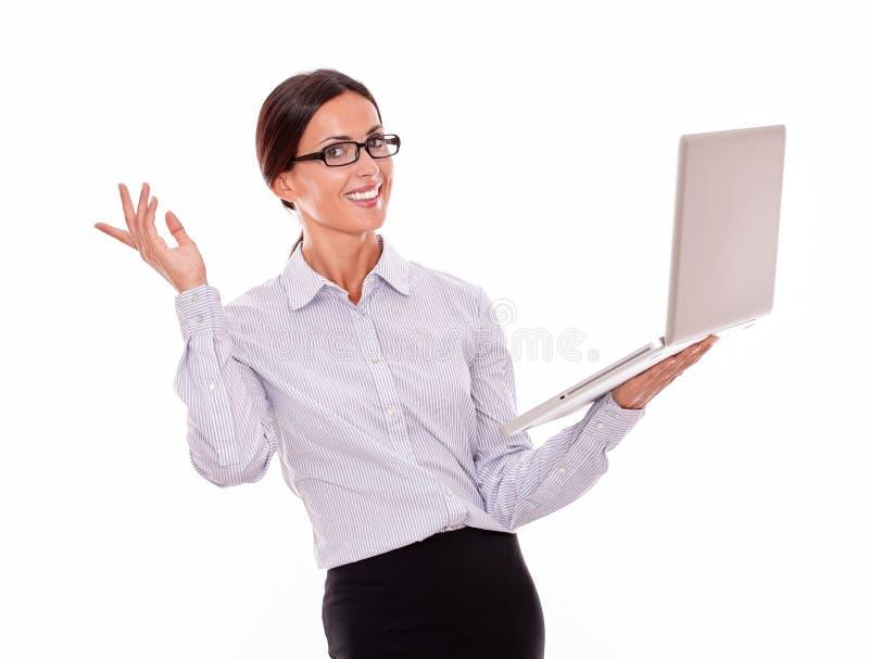 Удовлетворенная коммерсантка брюнет с компьтер-книжкой стоковая фотография