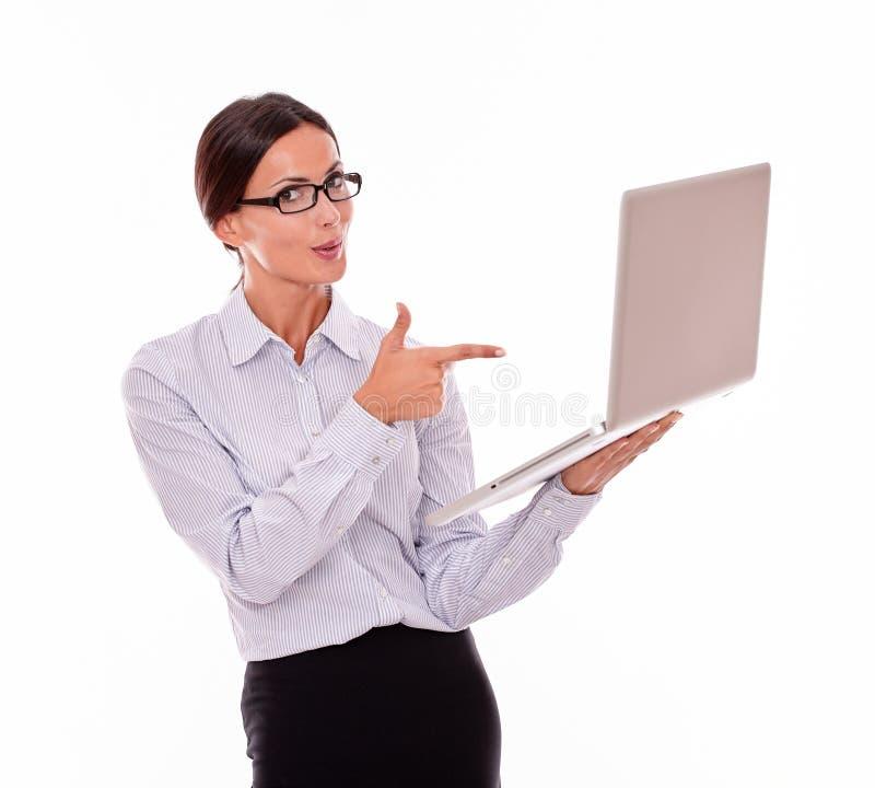 Удовлетворенная коммерсантка брюнет с компьтер-книжкой стоковые изображения rf