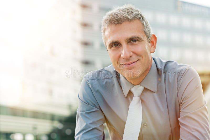 удовлетворенное бизнесмена возмужалое стоковая фотография rf