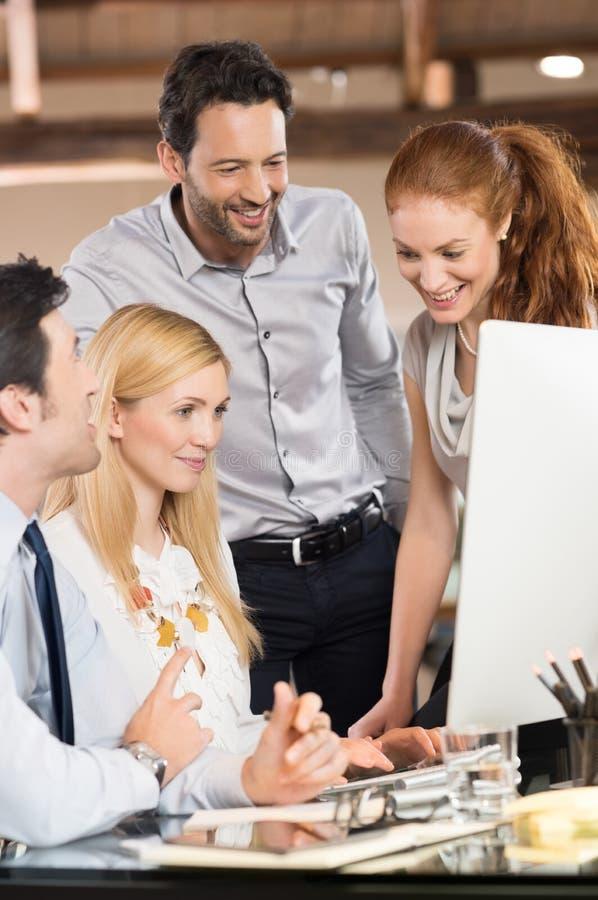 Удовлетворенные счастливые бизнесмены стоковое фото rf